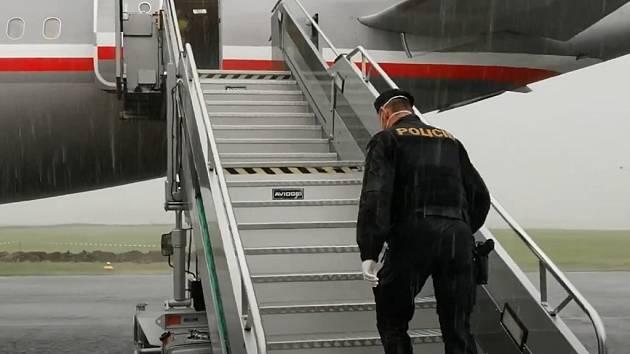 Přílet vojenského speciálu Airbus A319, jehož paluba znamenala pro čtrnáct uprchlíků cestu zpět do ČR a dále do vězení.