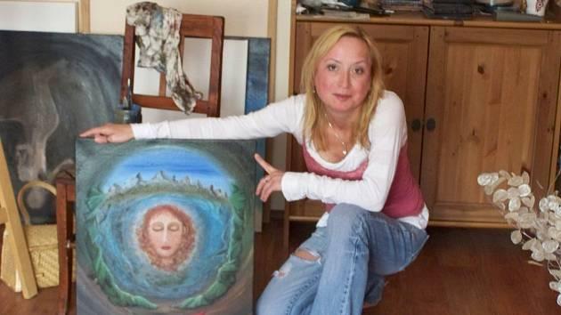 Své surrealistické obrazy na výstavě prezentuje malířka Květa Čapková a v Dobříši má premiéru.