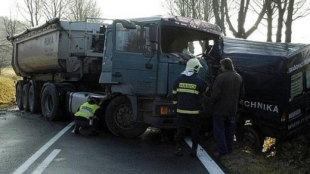 Střet dodávky s nákladním autem jeden člověk nepřežil.