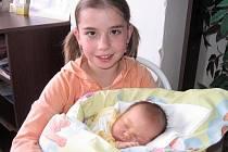 Desetiletá Adélka bude vozit kočárek se sestřičkou Kačenkou Dvořákovou. Ta se mamince Hance a tatínkovi Pavlovi z Krásné Hory narodila v sobotu 31. října a v ten den vážila 3,73 kg a měřila 49 cm.