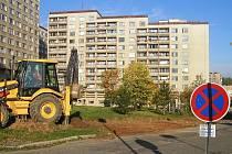 Mezi dvěma křížovými domy v Čechovské ulici v Příbrami vznikne více než čtyřicet nových parkovacích stání.