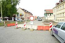 Uzavírka části dobříšského náměstí kvůli rekonstrukci komunikace.