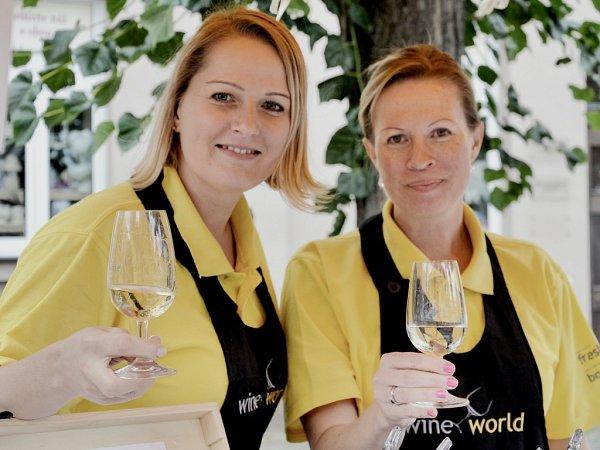 Lidé vDobříši ochutnali vína zdvaceti zemí světa. Majitelka vinotéky Martina Konrádová na snímku vlevo.