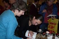 BLANKA Pechačová při podepisování knihy.