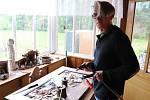 Když v době nouzového stavu nemohl hrát s kapelou, dal se hudebník Luboš Zelner na výrobu uměleckých stolů a hodin.