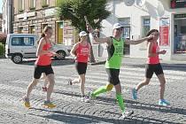 SKUPINKA běžců dorazila na sedlčanské náměstí se štafetovým kolíkem v neděli krátce po 18. hodině.