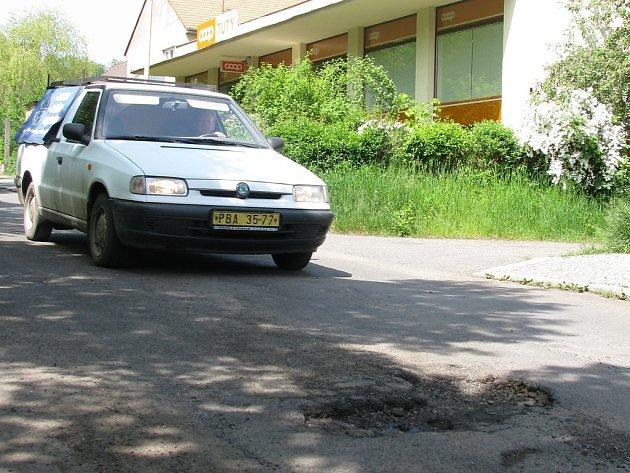 Výmol v silnici v ulici Petra Bezruče v Příbrami
