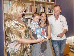 HEREC Karel Roden byl spolu s Blankou Pacovskou (vlevo) kmotrem nové knihy Markéty Vítkové (na snímku) Není moře jako moře.
