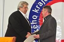 Středočeský hejtman Josef Řihák předává ocenění Františku Pinkavovi z Pivovaru Herold.