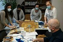 Z přípravy roznosu respirátorů pro seniory nad 80 let v Dobříši.
