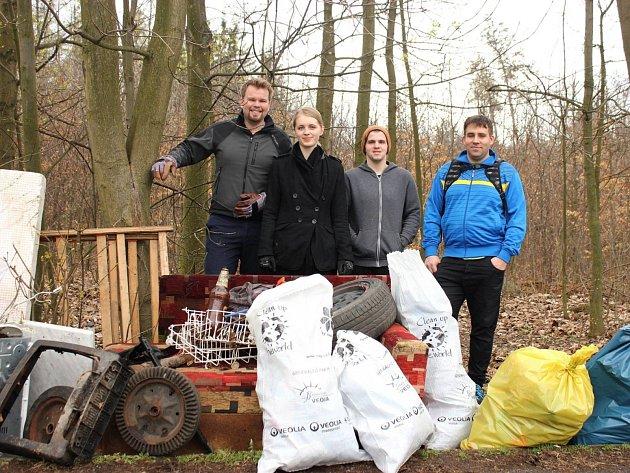 Ochránci přírody uklidili z Příbrami na Drkolnově kolem půl tuny odpadu.