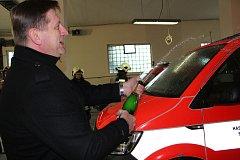 Po předání techniky a přípitku následoval raut, po kterém hasiči předvedli novou techniku přímo v akci při simulovaném vyproštění řidiče havarovaného automobilu.