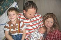 Čtyřletý Vítek má velkou radost z brášky Rostíka Šuma. Ten se mamince Lence a tatínkovi Jaromírovi z Chrástu narodil v úterý 30. října a v ten den vážil 4,12 kg a měřil 52 cm.