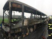 Přestože první jednotka byla na místě asi po dvanácti minutách od ohlášení požáru, autobus už byl plameny zasažen v plném rozsahu.