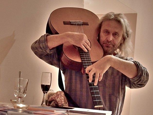 Na prvním Klubovém večeru v Březnici se posluchačům představil muzikant a básník Oldřich Janota.