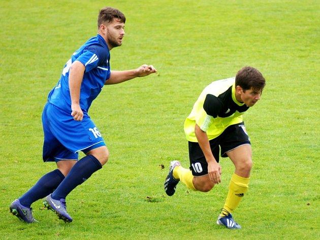 Fotbal nemá logiku. Sedlčany (ve žlutém) brzy ve va Varech prohrávaly 0:2, ale vezou od lídra senzační výhru 5:3.