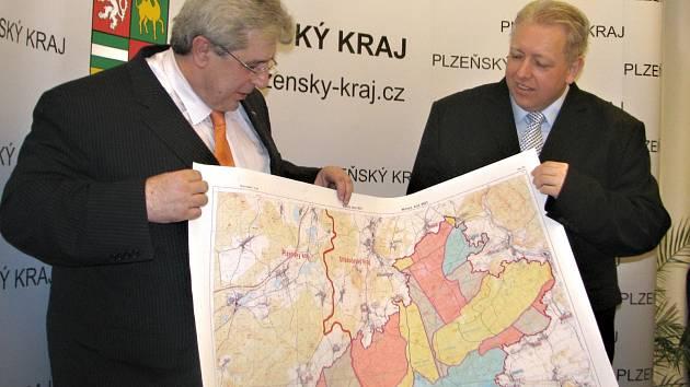 Hejtman Plzeňského kraje Milan Chovanec a středočeský hejtman Josef Řihák s mapou Brd.