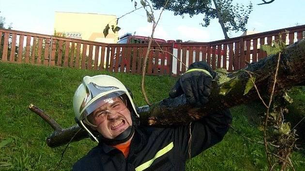 Příbramští dobrovolní hasiči odklidili z Příbramského potoka spoustu naplavenin