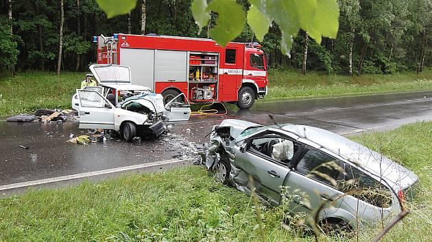 Nehoda dvou osobáků a autobusu mezi křižovatkou Háje a Milínem.