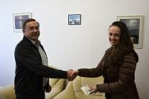 Vybranou částku předsedkyni spolku Janě Puklové předal ředitel školy Pavel Sedláček.
