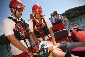 Záchranáři z Vodní záchranné služby Červeného kříže na slapské přehradě.
