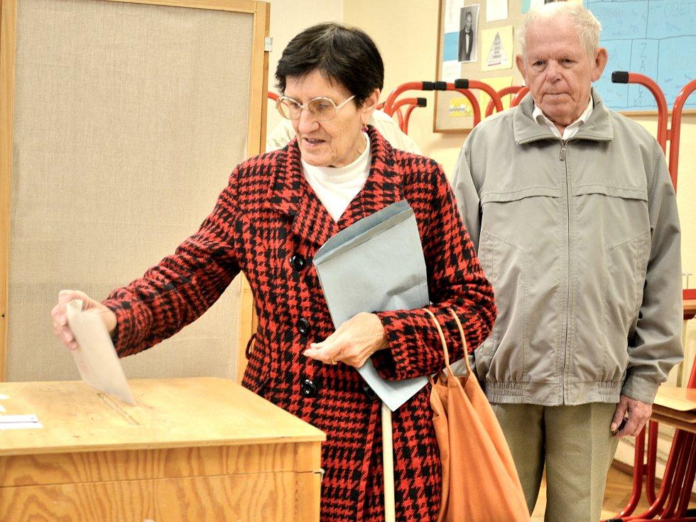 V první vlně dorazili k volbám zejména lidé v důchodovém věku.