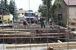 Ve Vranovicích pokračuje budování mostu a proto je silnice I/18 v tomto místě zcela uzavřena.