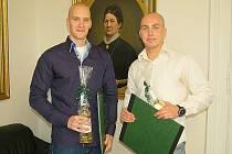 Matěj Hlaváč a Tomáš Ježek při slavnostní návštěvě na radnici.