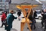 Z rozdávání ochranných roušek na náměstí v Příbrami.