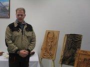 Dílenského mistra Pavla Ulíka k dřevořezbě přivedlo jeho předchozí povolání profesionálního vojáka při jeho nasazení na Balkáně.