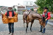 PŘEDÁK  Miroslav Šedivý předvedl sedlovou brašnu, v níž se přepravují zásilky jižní větve ze Šumavy do Stříbrné Lhoty a odtud je přebere Česká pošta.