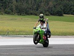 Na polygonu v Dlouhé Lhotě si jezdci na motorkách vyzkoušeli, jak bezpečně jezdit a seznámili se i nejmodernějšími bezpečnostními prvky.