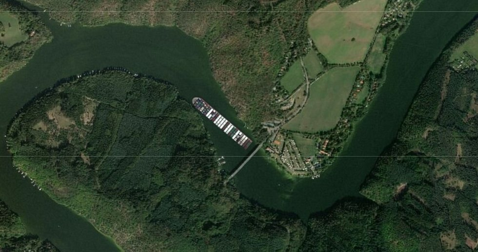 Loď Ever Given na Vltavě na Slapech u Cholína.