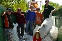 Mladí ochránci přírody při úklidu okolí obalovny v Rožmitále