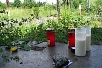Svíčky na místě tragické nehody