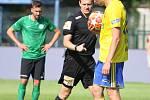 Fotbalisté Fastavu Zlín (ve žlutém) v důležitém zápase bojů o záchranu ve 28. kole v sobotu hostili poslední Příbram. Na snímku nařízená penalta sudím Královcem.