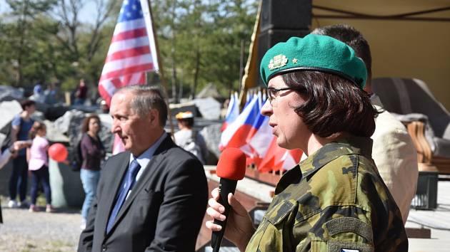 Památku sestřelených letců lidé uctili a oslavili také za přítomnosti zástupců armády a amerického velvyslanectví.