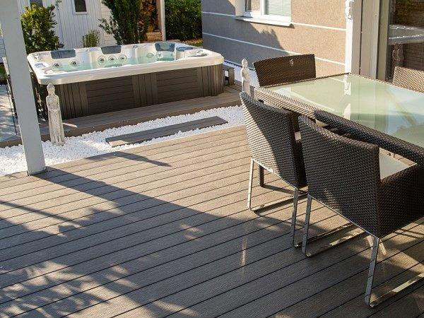 Oblíbenost bezúdržbových dřevoplastových teras na trhu potvrzuje i ocenění Grand Prix, které získal český výrobce WPC – WoodPlastic za návrh hnědých i žíhaných teras vbarvě čokolády.