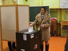 Druhý den voleb je sice účast jako obvykle nižší, ale i tak vyšší než v prvním kole před 14 dny. Kolem poledne hlásily jednotlivé okrsky účast kolem 60 až 70%. Pauzy mezi jednotlivými voliči jsou u všech 39 okrsků větší a tak si členové jednotlivých komis