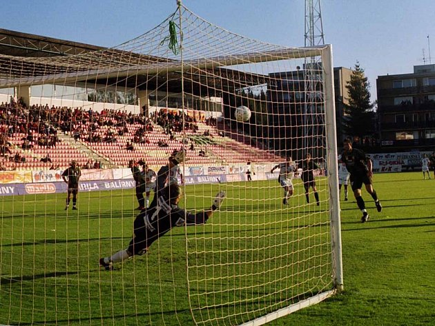 Jan Penc poslal z penalty míč do břevna. Také proto skončilo utkání Marily s Hradcem bez gólů.