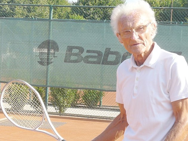 """NEJSTARŠÍ sedlčanský aktivní tenista Zbyněk Jetel (79 let) by si svůj život bez """"bílého sportu"""" neuměl ani představit."""