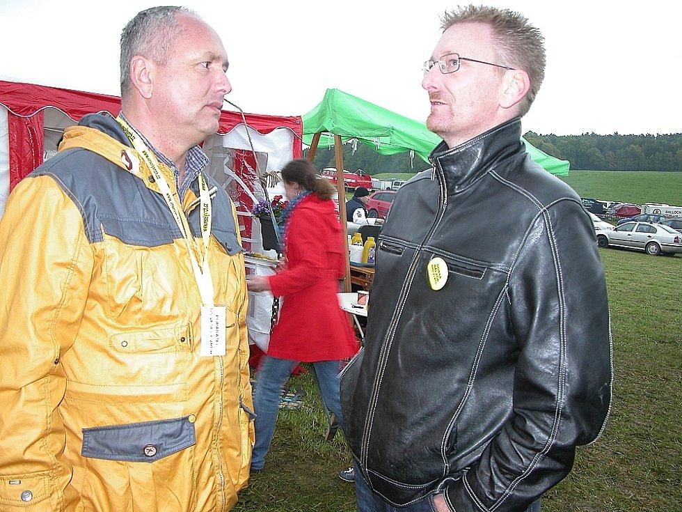 Happening v Mokrsku. Jiří Bendl s poslancem Markem Černochem.