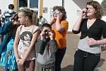 ŠKOLÁCI pozorovali částečné zatmění Slunce hned u školy.