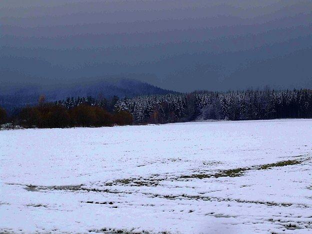 Pohled na zasněžený hřeben třemšínské skupiny vrcholů začínající zprava Hengstem.