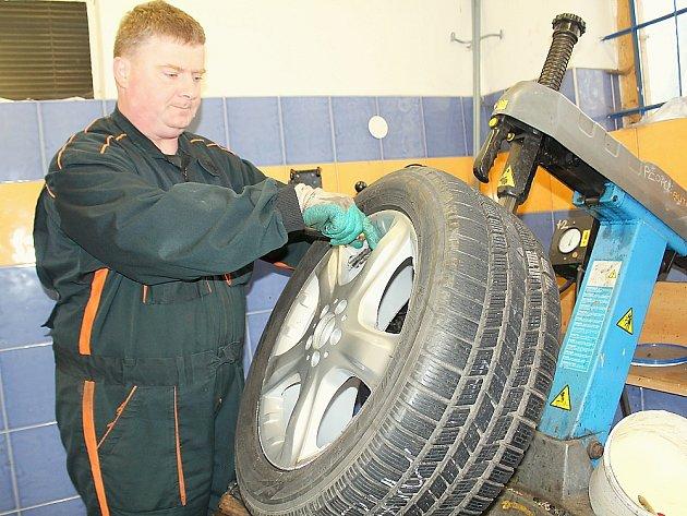 Pneuservis v Příbrami, přezouvání pneumatik.