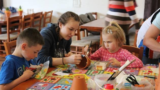 Spolek Radost Příbramáčkům uspořádal v Podlesí charitativní Velikonoční tvoření pro děti a jejich rodiče.