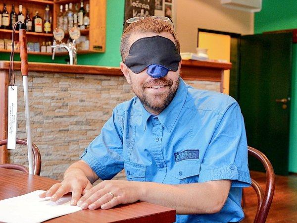 Lidé se přiblížili nevidomým,  vychutnali si kávu potmě.