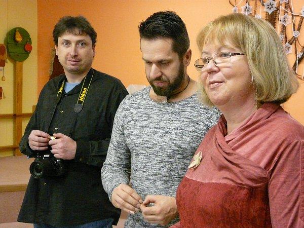ŘEDITELKA Tauberová postupně představila všechny členy klubu. Na snímku je sMilanem Dragounem (vlevo) a Milanem Dlouhým.