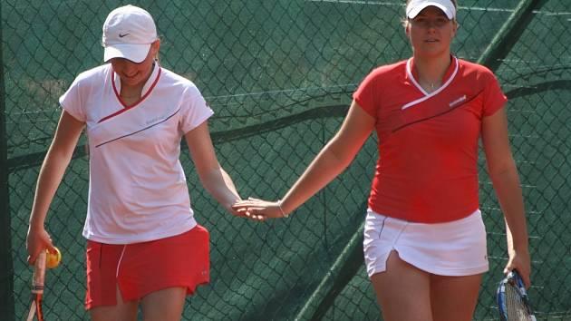 2. liga tenisu: Bohutín - Karlovy Vary (2:7). V bílém tričku Jana Matoušková, v červeném Radka Baštářová.