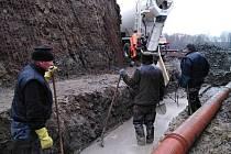 Rožmitálští rybáři se pustili do výroby nového výpustního zařízení a kádiště na rybníku Kotelský v Hutích pod Třemšínem.